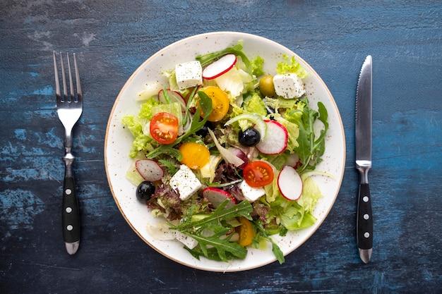 신선한 야채와 페타 치즈를 곁들인 건강 및 다이어트 샐러드