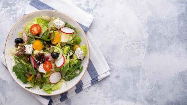 신선한 야채, 양상추, 아루 굴라, 치즈를 곁들인 건강식 및 다이어트 샐러드