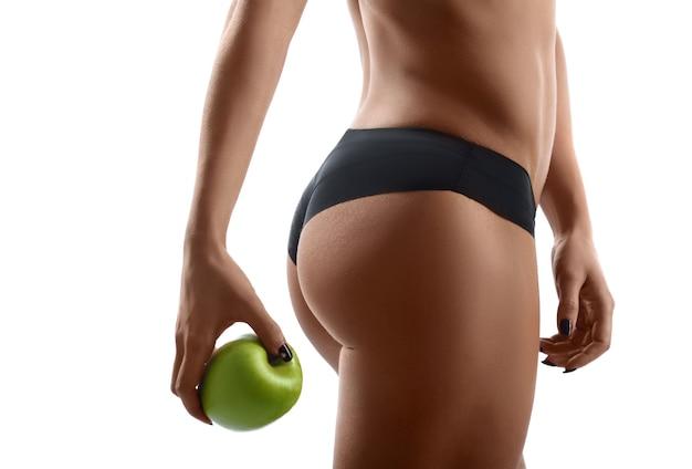 Здоровая и подтянутая женщина с яблоком