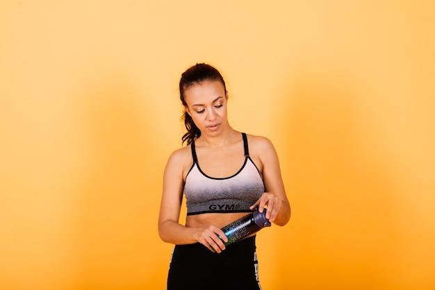 健康とフィットネスのコンセプト-トレーニングの準備ができているフィットネス服を着た美しいアメリカのアフリカの女性。
