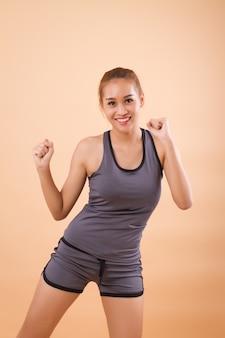 Здоровая и счастливая азиатская женщина растяжения