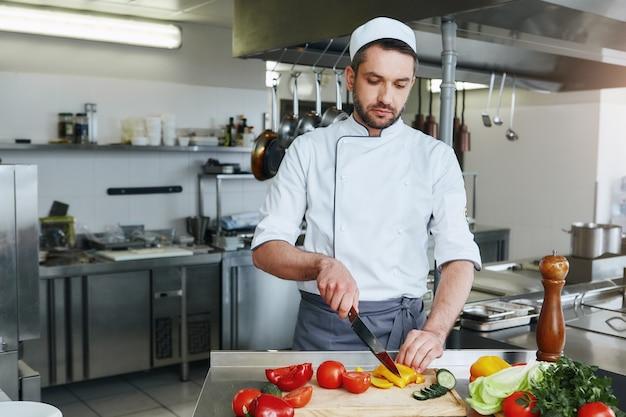 Здоровый и питательный шеф-повар готовит вкусное блюдо на коммерческой кухне.