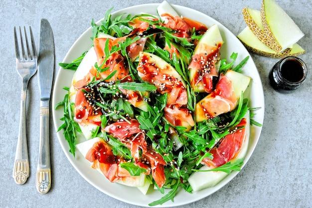 Полезный и питательный салат из рукколы с дыней прошутто.