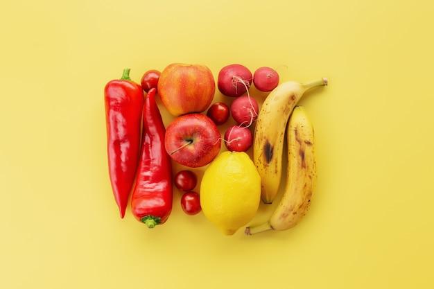 건강하고 유기농 식품 flay 누워 개념. 레몬, 사과, 바나나, 단 고추, 무 등 다양한 야채와 과일로 만든 사각형