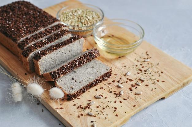 Здоровый и правильный завтрак. домашний хлеб на закваске из зеленой гречки с семенами льна, подсолнечника.