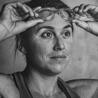 健康で強い女性のスイマーの肖像画