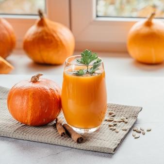 건강한 가을 음료, 파슬리와 호박 씨를 넣은 호박 주스, 복사 공간