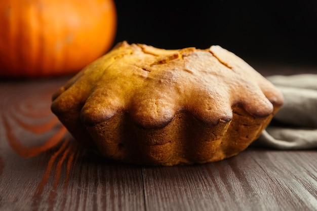 Здоровый осенний веганский тыквенный торт на темном деревянном столе