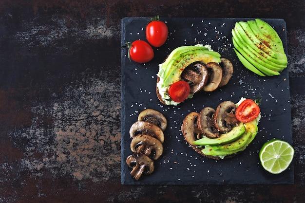 Полезные авокадо тосты с грибами и помидорами черри. кето диета.