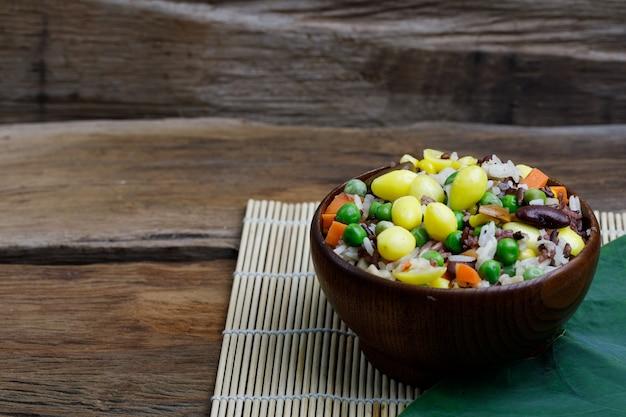 나무 그릇에 건강 한 베이킹 라이스