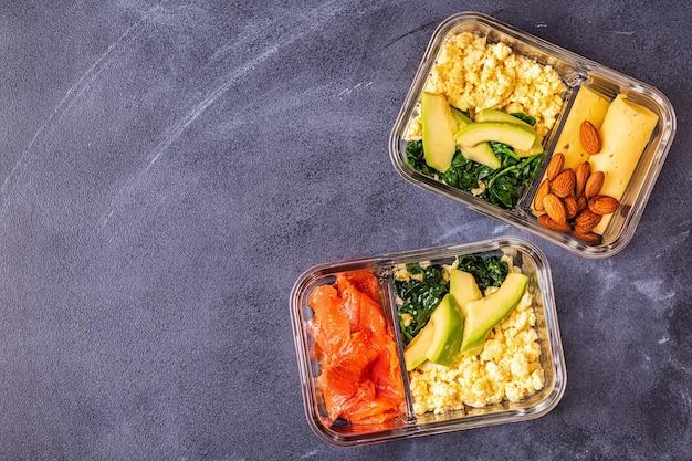 건강한 균형 잡힌 도시락, 케토 제닉 다이어트 점심, 사무실 개념에 대한 가정 음식.