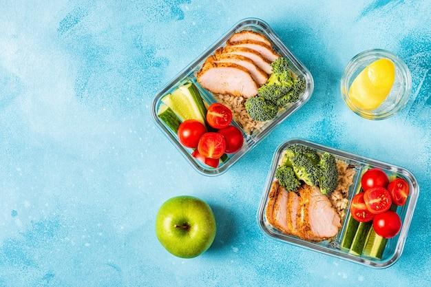 鶏肉、ご飯、野菜が入ったヘルシーなお弁当。オフィスフード、健康的なライフスタイルのコンセプト。
