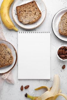Здоровый банановый хлеб над видом