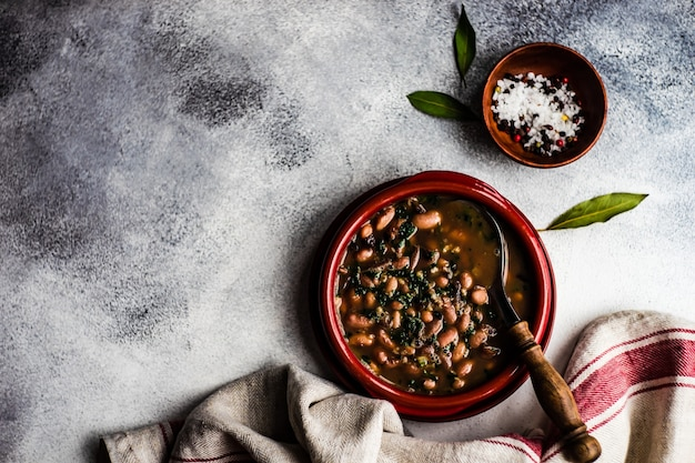 テーブルの上のセラミックボウルで提供される健康的な豆のスープ