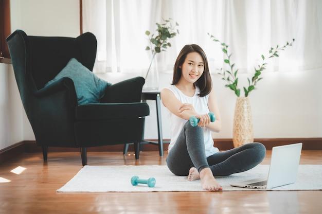 座っている健康な美しいアジアの女性