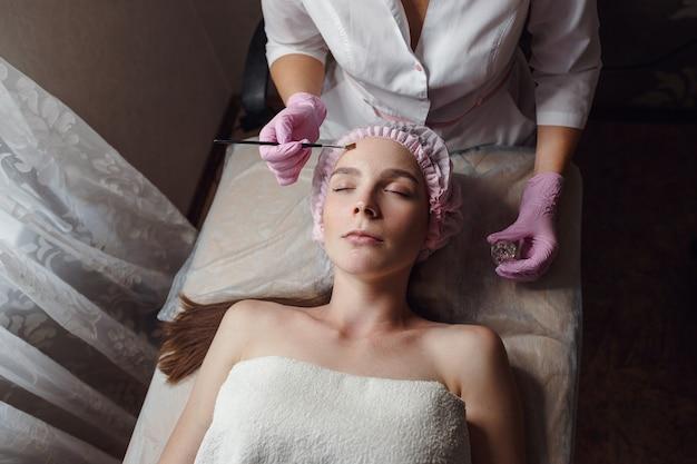 Healthy beautiful skin. cosmetologist doing beauty procedure for patient