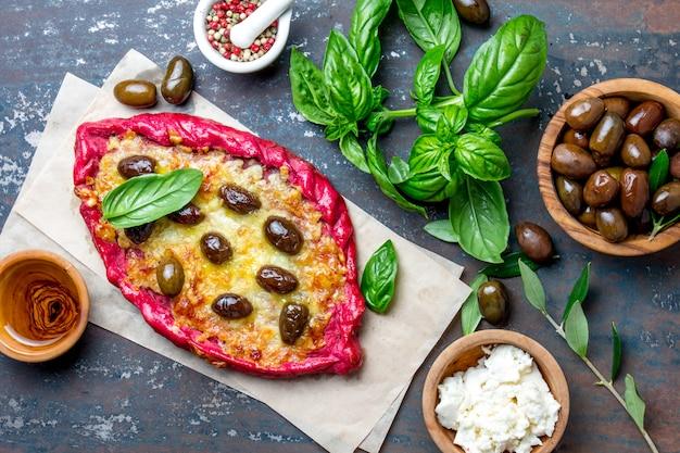 フェタチーズとオリーブのヘルシービートルートピザ