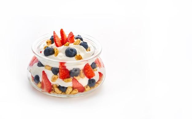 Йогурт здоровый ягодный фруктовый в банке, изолированные на белом фоне