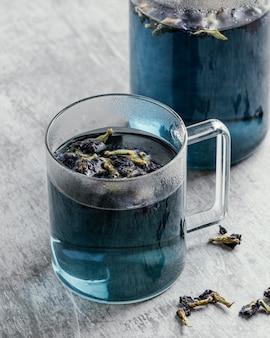 Состав здорового синего напитка на столе