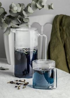 Composizione sana bevanda blu sul tavolo