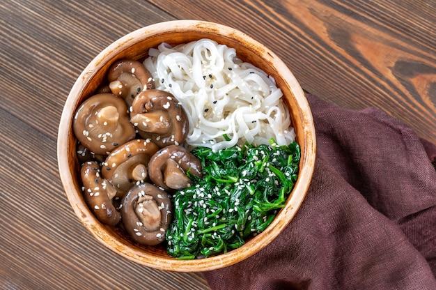 Полезная тарелка с рисовой лапшой, маринованным шиитаке и шпинатом на пару