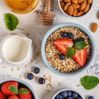 Здоровый завтрак - миска овсянки, ягод и фруктов