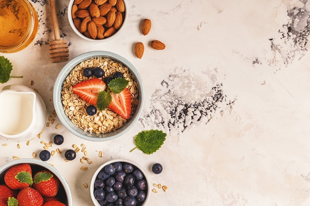 Здоровый завтрак - тарелка овсянки, ягод и фруктов