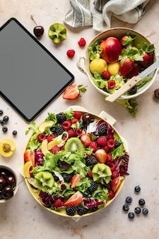 건강한 아침 식사 및 기기 화면 평면 배치