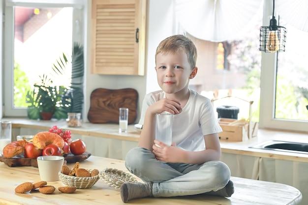 집에서 학교와 유치원 전에 건강한 아침 식사