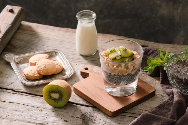 Здоровый завтрак - мюсли, ягоды и фрукты, орехи, киви, молоко.