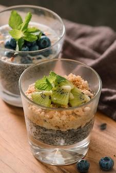 건강한 아침 식사 - 뮤즐리 한 그릇, 딸기, 과일, 견과류, 키위, 우유