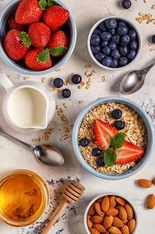 Миска для здорового завтрака из овсянки, ягод и фруктов