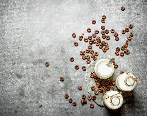 건강한 아침 식사. 우유와 초콜릿 시리얼. 돌 테이블에.