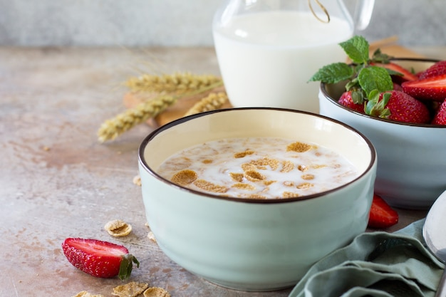健康的な朝食のクローズアップ全粒穀物フレークミルクとイチゴコンセプト健康食品