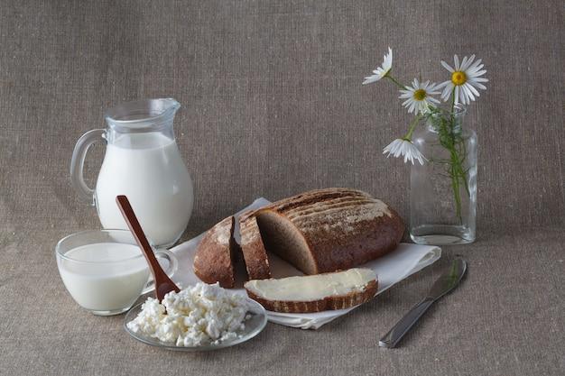 Концепция здорового завтрака. хлеб с молоком