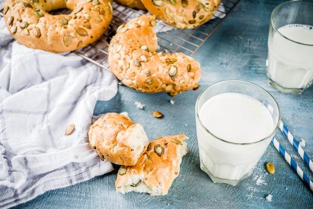 Концепция здорового завтрака, домашние зерновые бублики с молочным стеклом