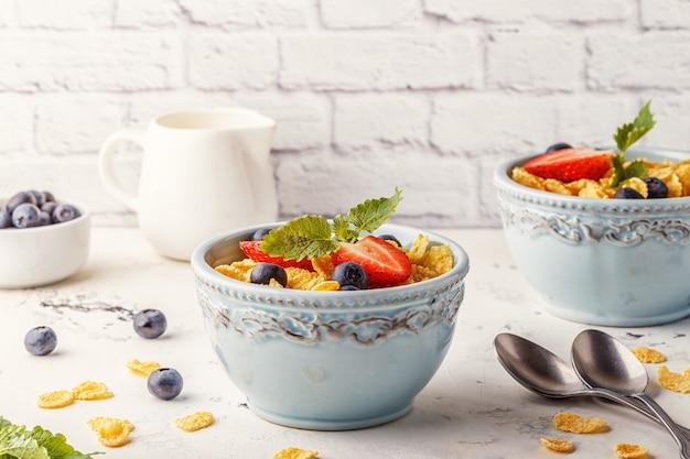 Здоровый завтрак - кукурузные хлопья с фруктами и ягодами