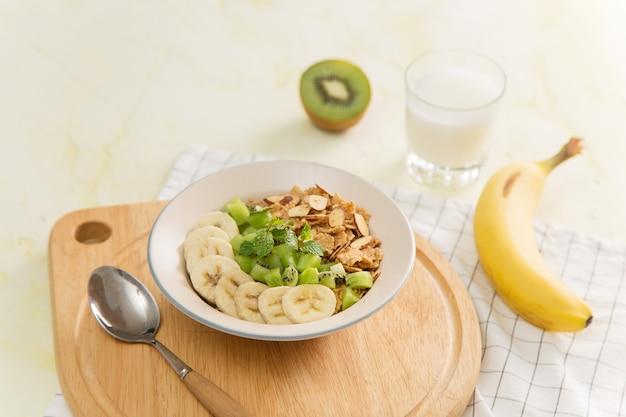 健康的な朝食:ミルクと新鮮な果物のコーンフレーク