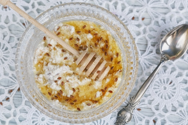 Здоровый завтрак. творог плюс овсяные хлопья, льняное семя и мед.