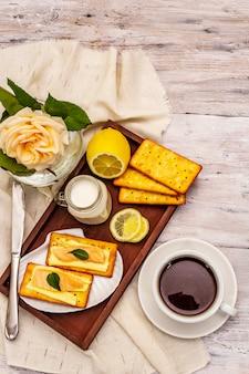健康的な朝食。一杯のコーヒー(紅茶)、牛乳、バターとサーモンのクラッカー