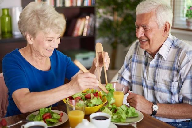 年配のカップルが食べる健康的な朝食