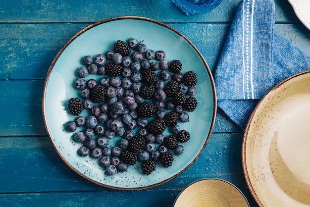 新鮮なベリーの果実を混ぜて食べる健康的な朝食