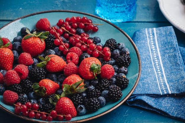生の新鮮なベリーの果実を混ぜて食べる健康的な朝食
