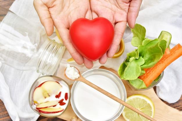 健康的な朝食用食品、木のスプーンにケフィア粒、有機発酵食品