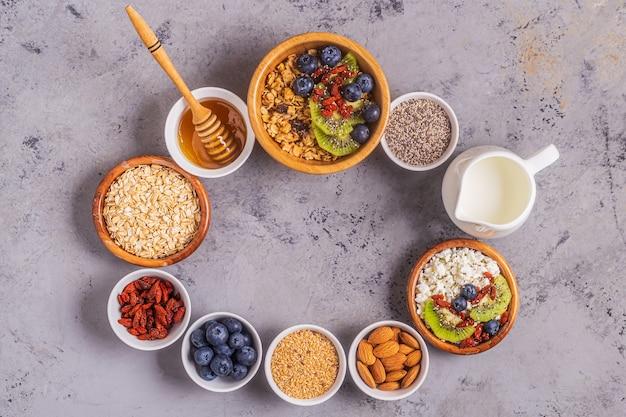 Ингредиенты для здорового завтрака, вид сверху, копией пространства.