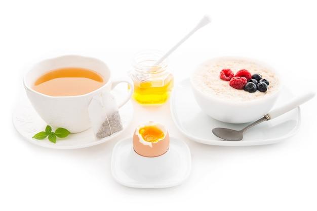 Здоровый завтрак, изолированные на белом фоне