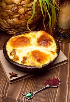 건강한 아침 식사. 라자냐 또는 캐서롤 또는 녹은 치즈를 오븐에 구운 고기 파이