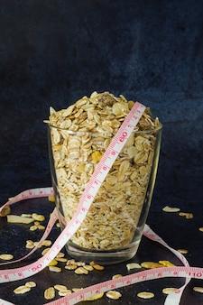 濃い青の背景のクローズアップ正面図にグラスで健康的な朝食ミックス