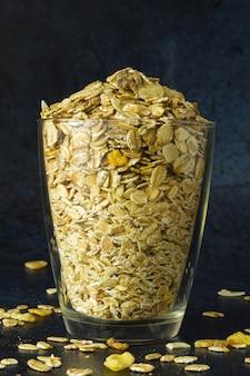 濃紺の背景正面図にガラスの健康的な朝食ミックス