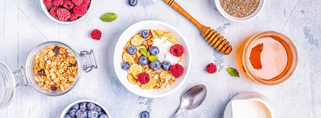 Здоровый завтрак, мюсли, хлопья с фруктами, вид сверху.